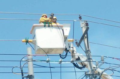 铜山区供电公司完成带电搭接工作