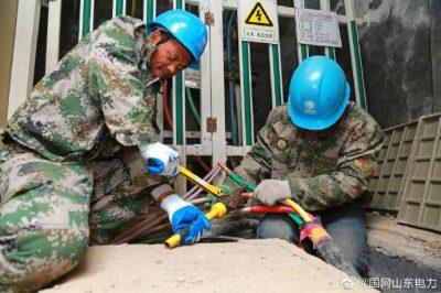 淄博供电公司在古商城配电室压接电缆