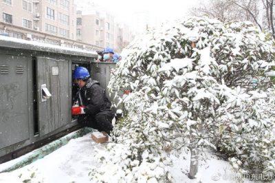 """不畏风雪忙抢修 保障寒冬""""暖心电"""""""