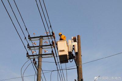 在10千伏前宋线42号杆带电接引流导线