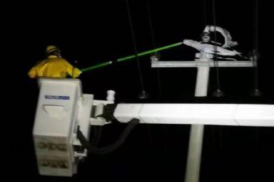 对防疫保电线路开展大风后夜巡