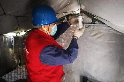 共产党员服务队为县城小区疫情值班点接上临时电源