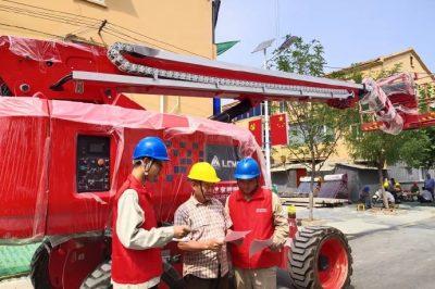 老旧小区改造现场 面对面宣传电力设施保护知识